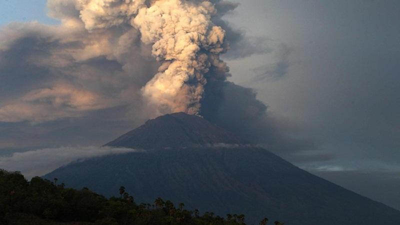Meletus Lagi, Status Gunung Agung Dinaikkan ke Level Siaga