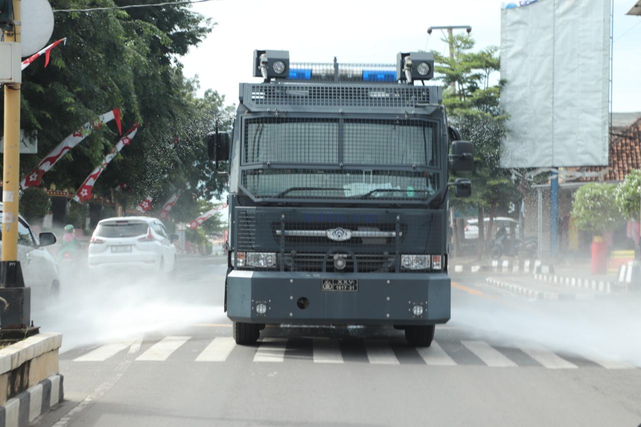 Lawan Covid-19, Kapolres Lampung Utara Pimpin Penyemprotan Disinfektan Serentak
