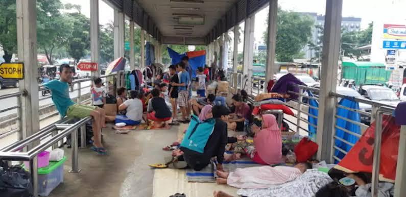 Halte Transjakarta Jembatan Baru Masih Dipenuhi Pengungsi Banjir