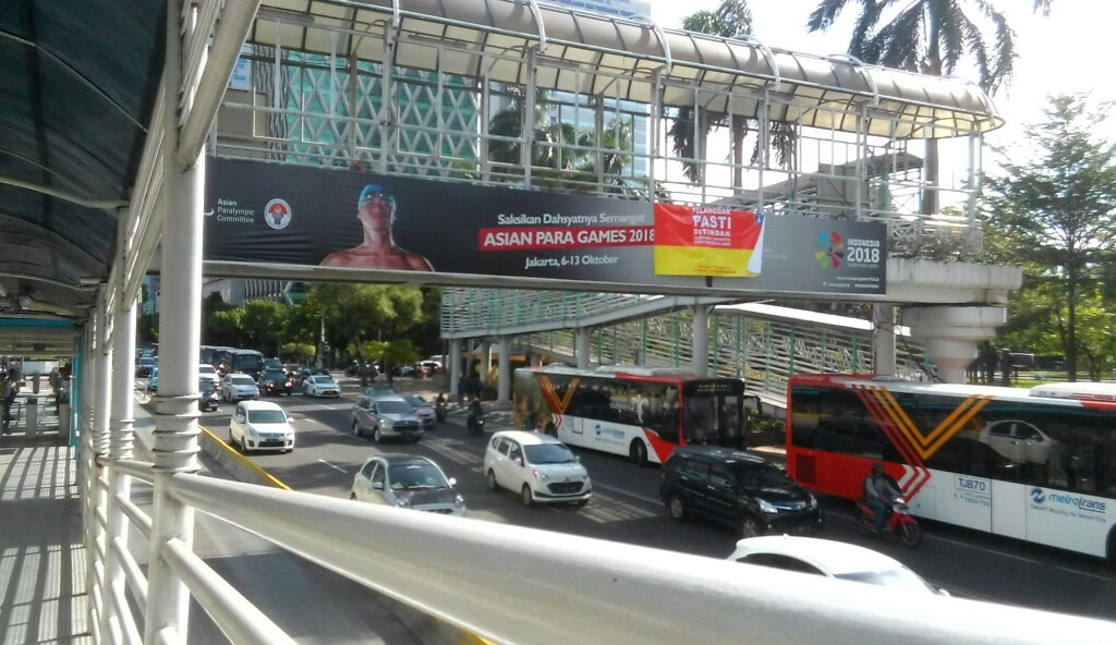 Reklame di JPO Thamrin-Sudirman dan di Harmoni Dipasangi Stiker Sanksi