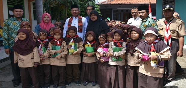 75 Murid Madrasah Ibitidaiyah Dapat Bantuan Walikota Jaktim