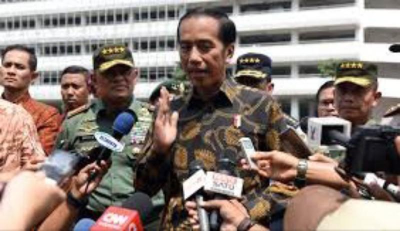 Jokowi Bantah Pakai Alat Bantu Dengar Canggih di Debat Capres II
