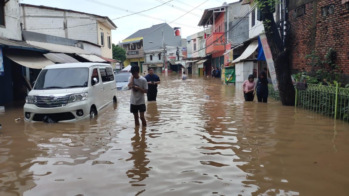 Akibat Banjir, Warga Ciputat Tersengat Aliran Listrik
