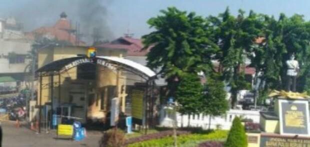 Mapolrestabes Surabaya Diserang Aksi Bom Bunuh Diri, Polisi dan Warga Jadi Korban