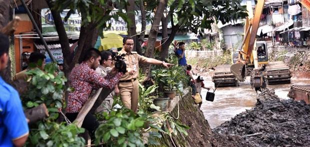Antisipasi Banjir, Gubernur Anies Tinjau Pengerukan Kali Krukut