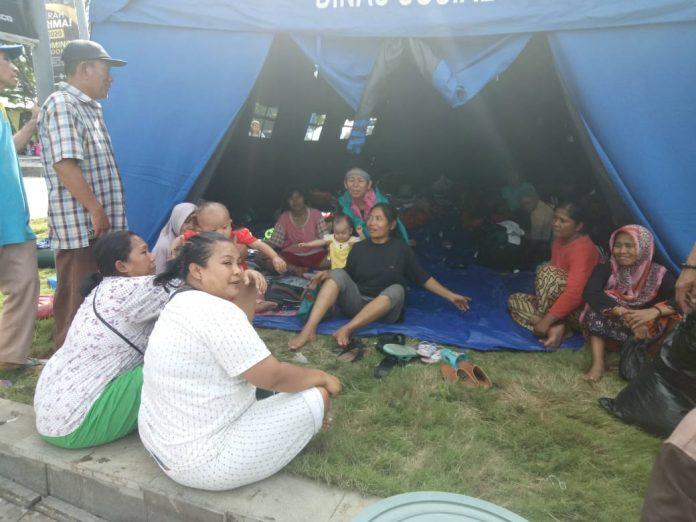 Meski Banjir Telah Surut, Ratusan Warga Masih Bertahan di Pengungsian