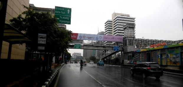 Papan Reklame di JPO depan Sarinah DidugaTak Berizin