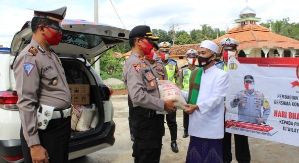 Menyongsong Hari Jadi Bhayangkara Ke 74, Polda Lampung Bagikan Sembako di Ponpes Way Kanan.