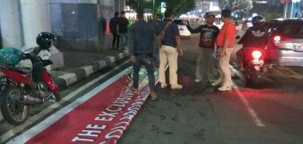 Satpol PP Bongkar Reklame di JPO depan Sarinah