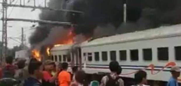 Ditabrak Minibus, Gerbong Walahar Express Terbakar, 2 Orang Tewas