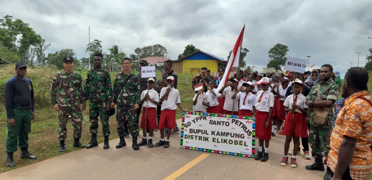 Sambut HUT ke-74 RI, TNI Bersama Masyarakat Perbatasan Meriahkan Karnaval
