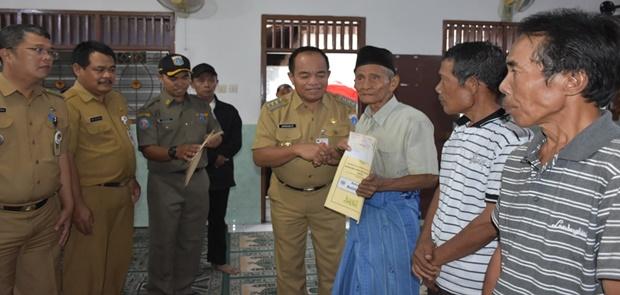 Walikota Jakarta Timur Serahkan Bantuan Bedah Rumah Pada 11 Warga