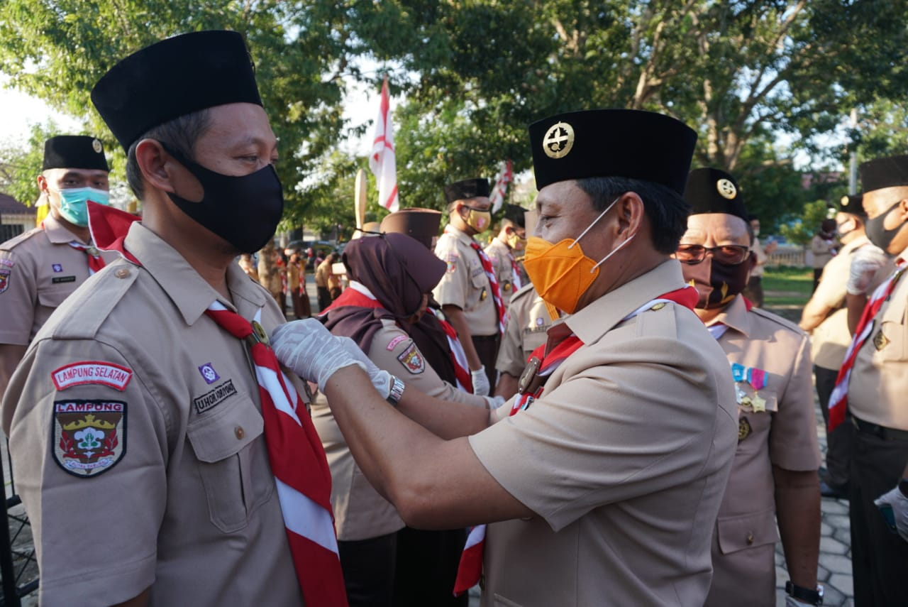 Kwarda Lampung Anugerahkan Lencana Pancawarsa kepada 66 Anggota Kwarcab Lampung Selatan