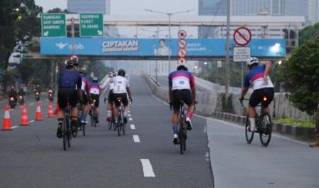Pesepeda Antusias Uji Coba Lintasan Road Bike JLNT Kampung Melayu-Tanah Abang