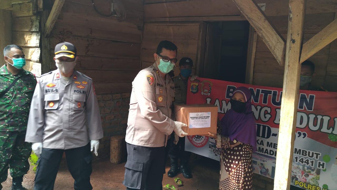 Polres Way Kanan Bagikan Paket Sembako dan Masker