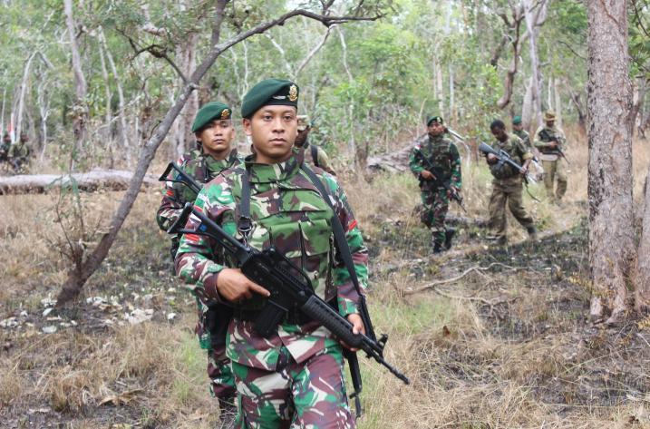 Prajurit TNI Satgas Pamtas Yonif 411 Kostrad Patroli Patok Bersama Tentara PNG