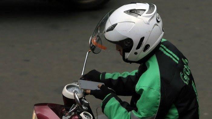 Pakai GPS Saat Berkendara Bakal Ditilang, Ini Sanksinya